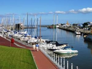 Im Nordsee-Hafen Benersiel haben Charter-Crews nun endlich Strom am Steg