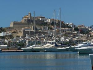 Charter Ibiza: Der Hauptort Eivissa mit seiner malerischen Altstadt mit den weißen Häusern