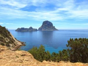 Bootscharter Ibiza: Beeindruckend ragt die Felseninsel Es Vedra aus dem blauen Meer