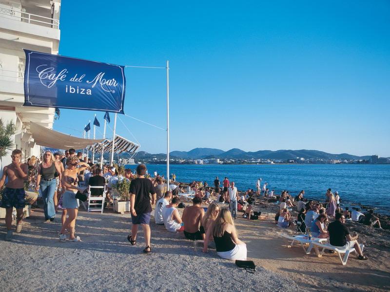 Charter Ibiza: Das legendäre Cafe del Mar an der Westküste