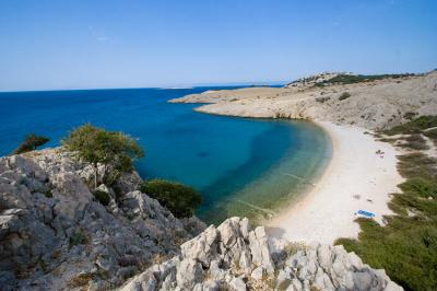 Yachtcharter Istrien-Kvarner: Einsamer Kiesstrand auf Krk