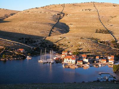 Bootsharter Kornaten-Dalmatien: Vrulje, eine der wenigen Siedlungen in den Kornaten