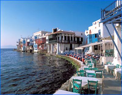 Bootscharter Kykladen: In Griechenland stehen die Tische der Tavernen oft direkt am Wasser