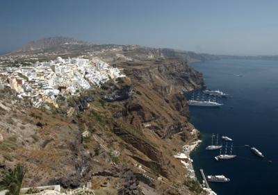Yachtcharter Kykladen: Hoch oben auf der Kraterwand thronen die Orte auf Santorin
