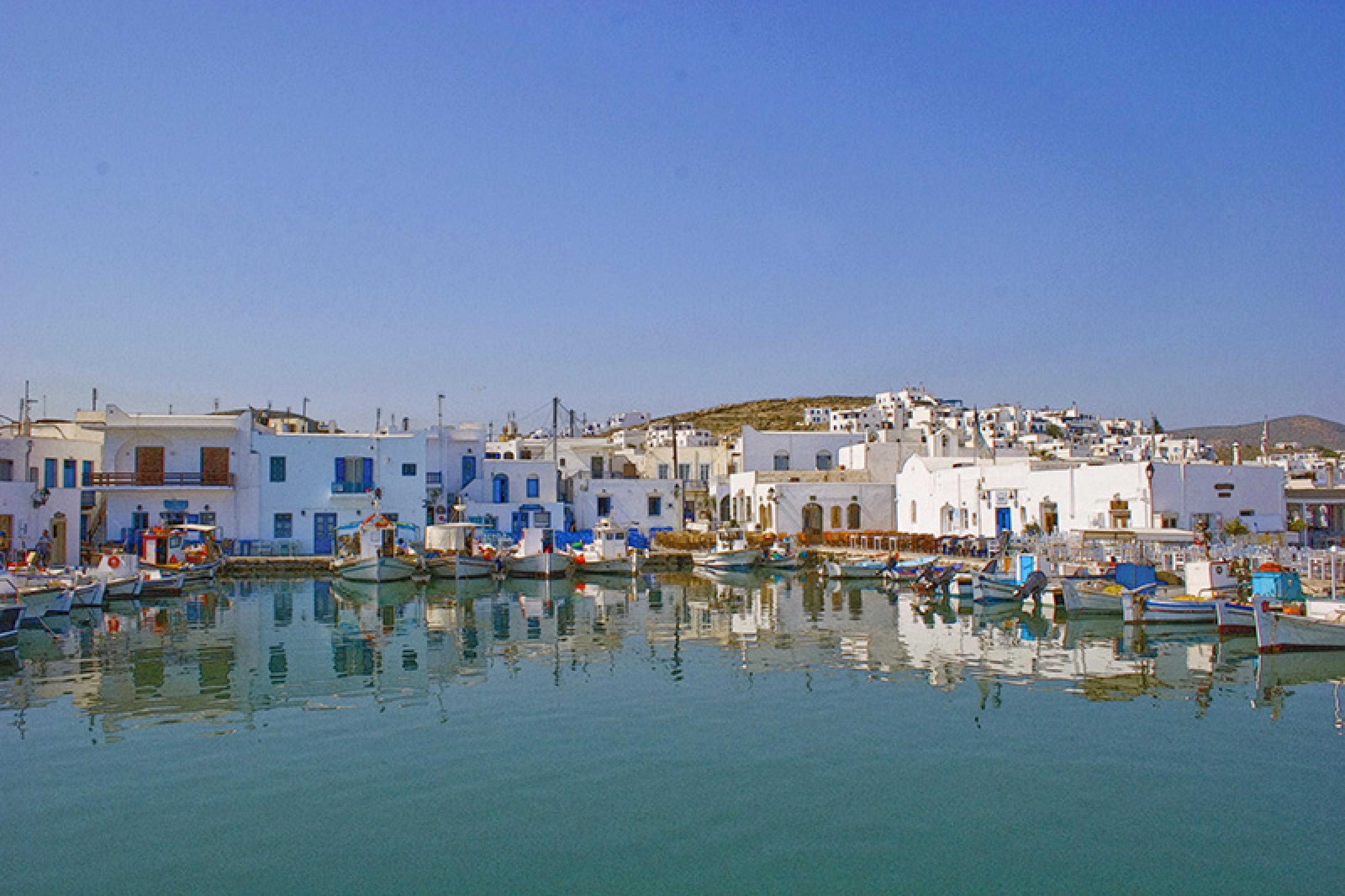 Charter Kykladen: Naoussa auf Paros ist ein netter Ort zum Verweilen