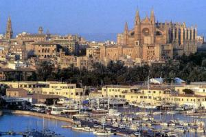 Bootscharter Mallorca: Der riesige Hafen von Palma, dahinter die Altstadt mit imposanter Kathedrale