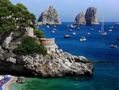 Charter Rom Neapel: Capri hat tolle Höhlen und Felsformationen