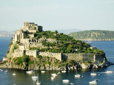 Yachtcharter Rom Neapel: Ischia mit seinem Castello Aragonese