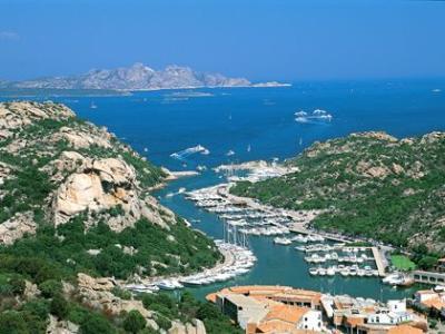 Yachtcharter Sardinien: Der Hafen Poltu Quatu liegt in einer fjordähnlichen Bucht
