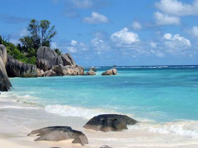 Bootscharter Seychellen: Typisch sind die runden Felsen vor schneeweißem  Sand