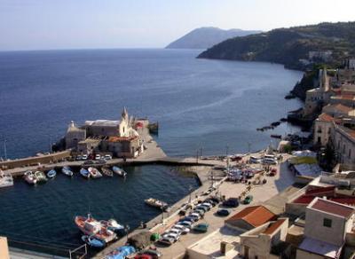 Yachtcharter Sizilien: Der kleine Hafen von Lipari