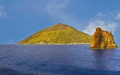 Charter Sizilien: Die Insel Stromboli ist ein Vulkan, der stets ein wenig brodelt