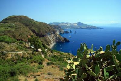 Charter Sizilien: Die Liparischen Inseln bieten herrliche Ausblicke von den Steilküsten