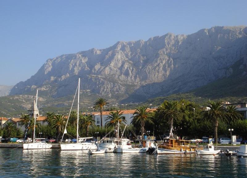 Charter Split/Dalmatien: Makarska mit dem dahinter aufragenden Biokovo-Gebirge