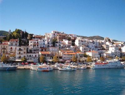 Charter Sporaden: Der Hafen von Skiathos, dem Hauptort der Sporaden-Inseln