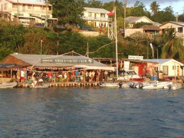Yachtcharter Tonga: Der Vava`u Yachtclub in Neiafu, wo auch die Charterbasen sind